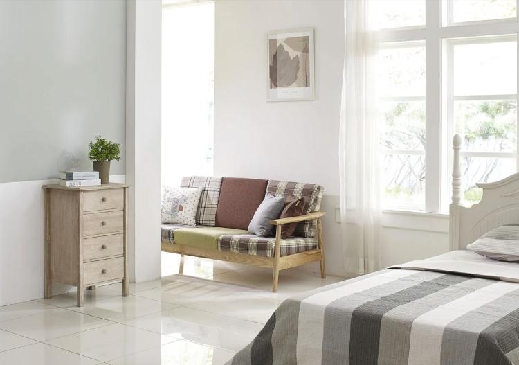 Habitación minimalista con sofá