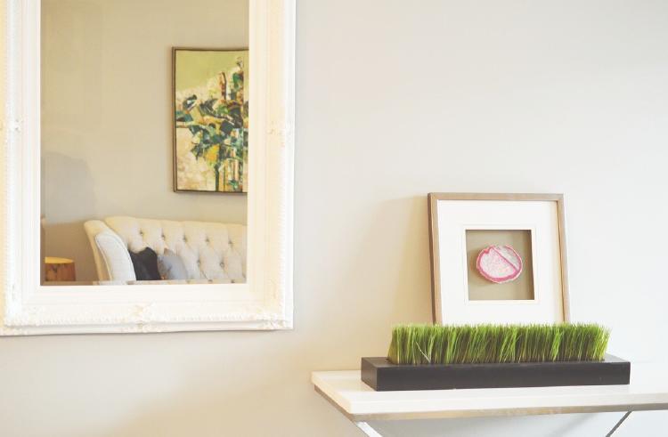 Salón pequeño con espejos