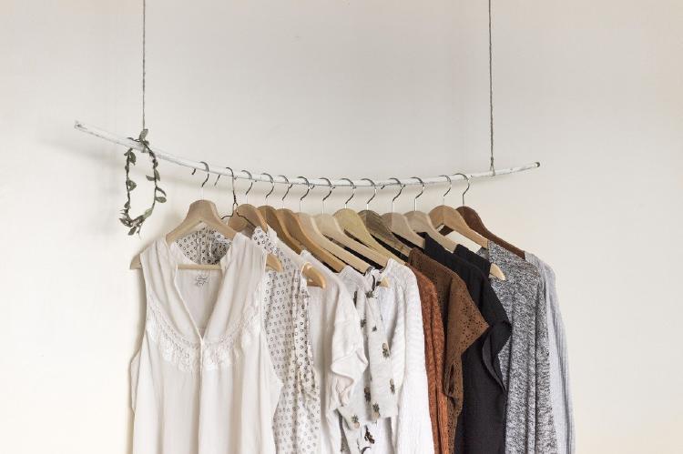 Vestidos colgando en una barra para ropa