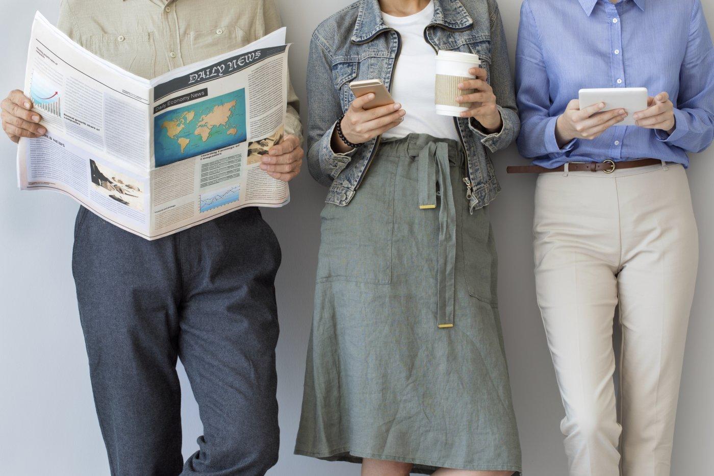 personas leyendo noticias