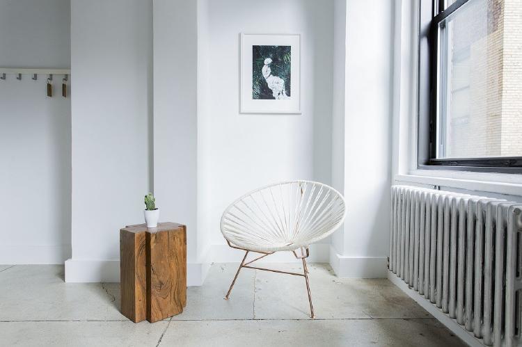Salón minimalista con radiador
