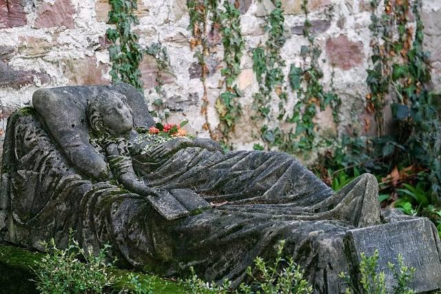 La bella durmiente en su lecho de piedra