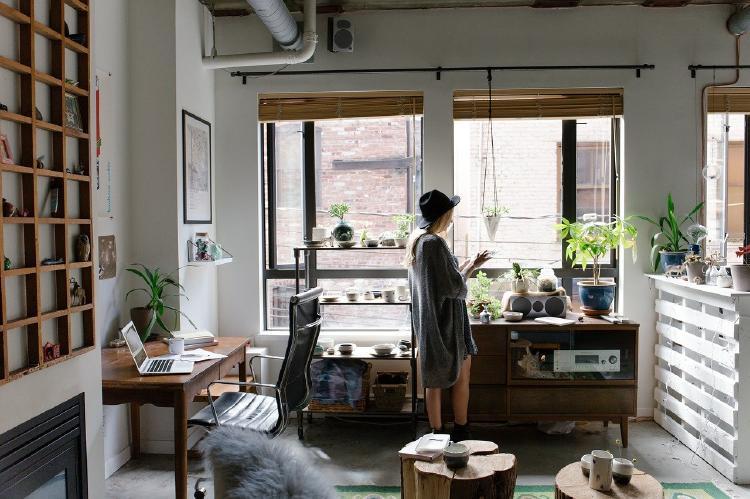 Mujer que vive sola en piso pequeño